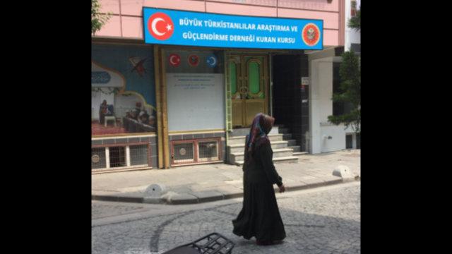一名維吾爾女子從一所不大的伊斯蘭培訓學校旁路過,這所教授古蘭經的學校開設在宰廷布爾努的Ziyghur區。