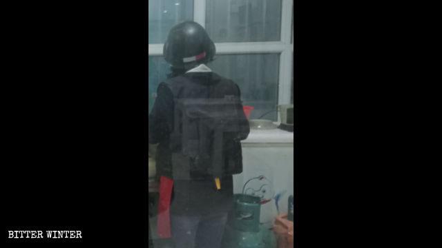 一家店鋪的服務員穿著防刺服、戴著頭盔在店裡忙碌著