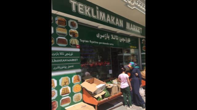 宰廷布爾努一家維吾爾人商店,這家店以新疆南部的塔克拉瑪干沙漠的名字命名,塔克拉瑪干沙漠是一片廣闊的沙丘之地,把整個英國放進去都綽綽有餘。從櫥窗上的食品廣告,到店內的貨品和佈局,讓人恍若置身烏魯木齊,當然這只是夢一般的感覺,回到現實,你會發現其實不是。