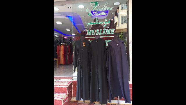 維吾爾女裝專賣店,所售服飾在中國被禁售,但在土耳其卻可以隨便選購
