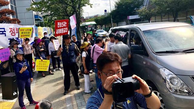 中共抓呀在韓國全能神教會前組織假示威