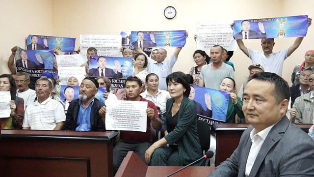 比萊喜的支持者在努爾-蘇丹示威