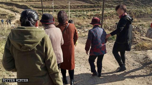 信徒走山路去聚會