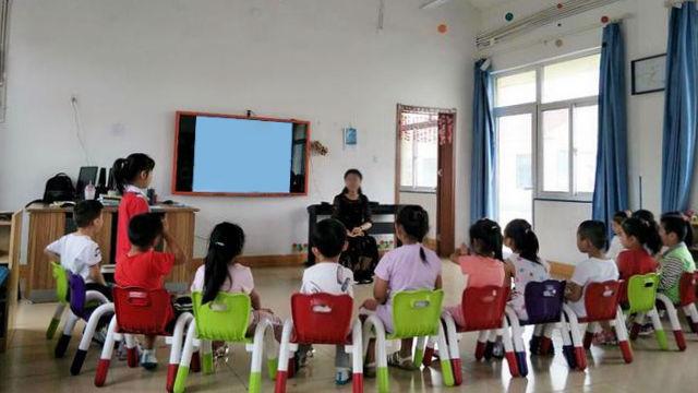 幼兒園老師正在上課(網絡圖片)