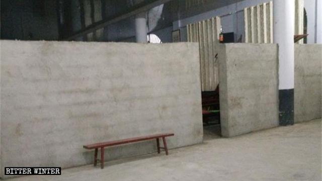 教堂一樓大廳內砌了一道牆,以減小教堂面積