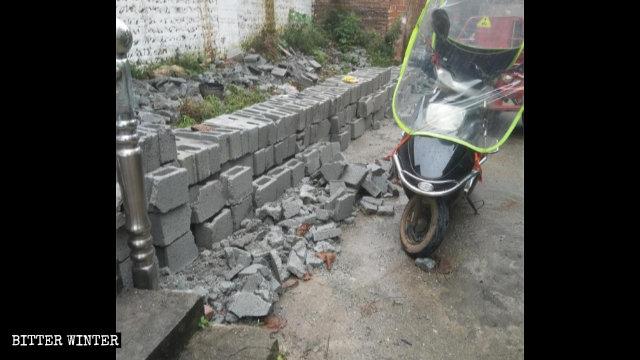 6月,吉安市一老地方教會聚會點新建的圍牆被政府人員拆毀