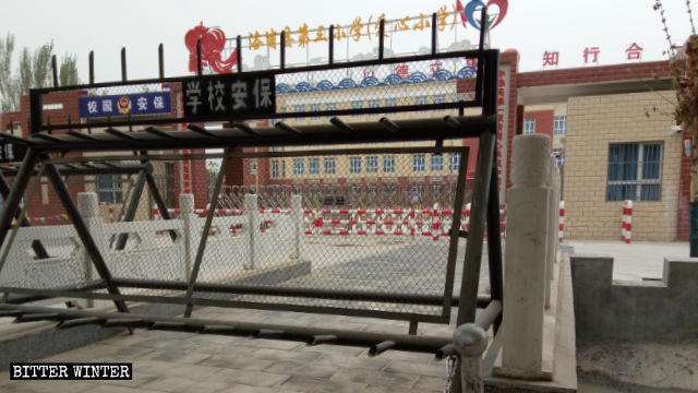 新疆洛浦縣一所安裝著高科技監控設備的小學專門收留那些父母被關進條件惡劣的教育轉化營的孩子。