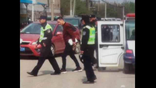 該教會一名信徒因發放福音單張被警察帶走(微信圖片)