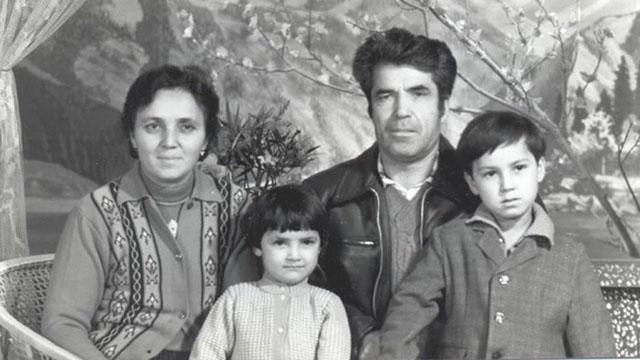 蘇雲古麗(左),她的丈夫拉提夫(Latif)以及他們的兩個孩子卡菲亞(Kafiya)和阿扎提(Azat)在較為幸福的時候的合影