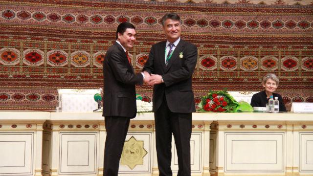 塔西甫拉提·特依拜教授(右)接受土庫曼斯坦總統別爾德穆哈梅多夫(左)的頒獎(網絡圖片)