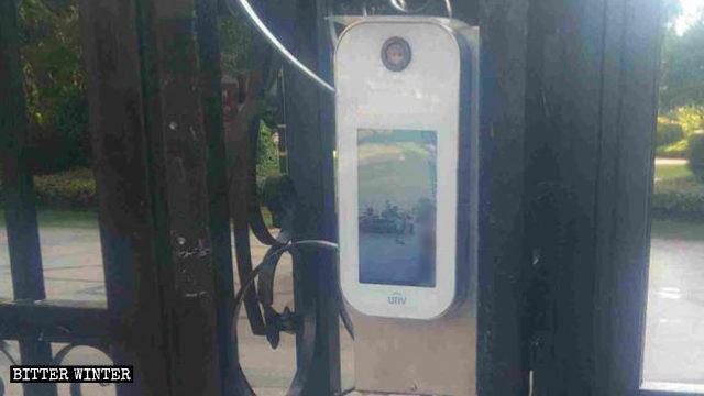 安裝在居民小區大門上的人臉識別設備