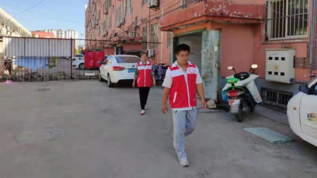 山東省某地網格員正在社區巡邏(網絡圖片)