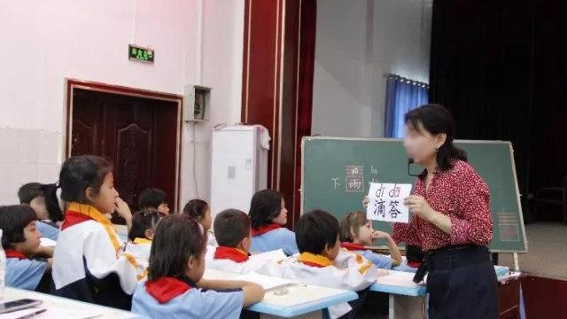 新疆某小學一名老師正在教漢語(網絡圖片)