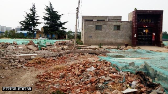 村民家前的水泥路被毀