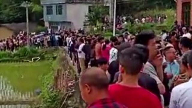 村民自發組織起來防止政府挖墳搶屍(微信圖片)