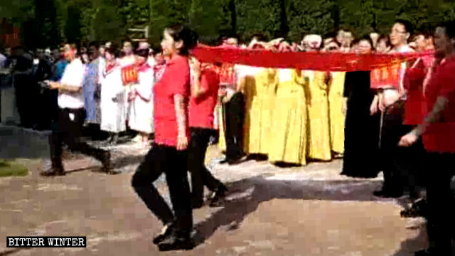 比賽前各地代表隊在教堂前舉行升旗儀式
