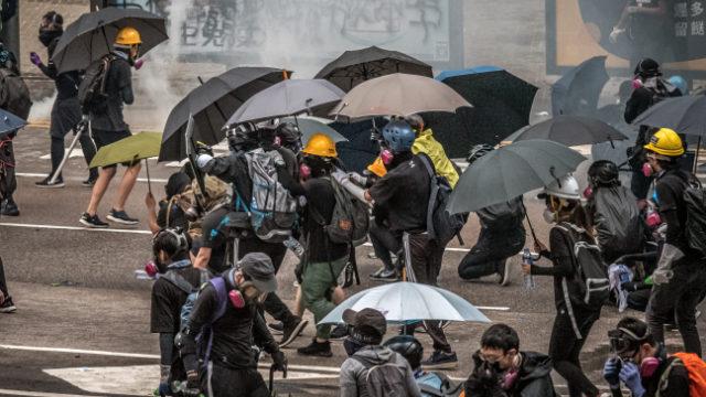 香港抗議者和記者需要面罩和雨傘以抵禦警察的催淚彈襲擊(Studio Incendo - CC BY 2.0)