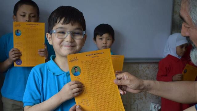 希拉伊所辦學校的小學生在領齋月日曆。