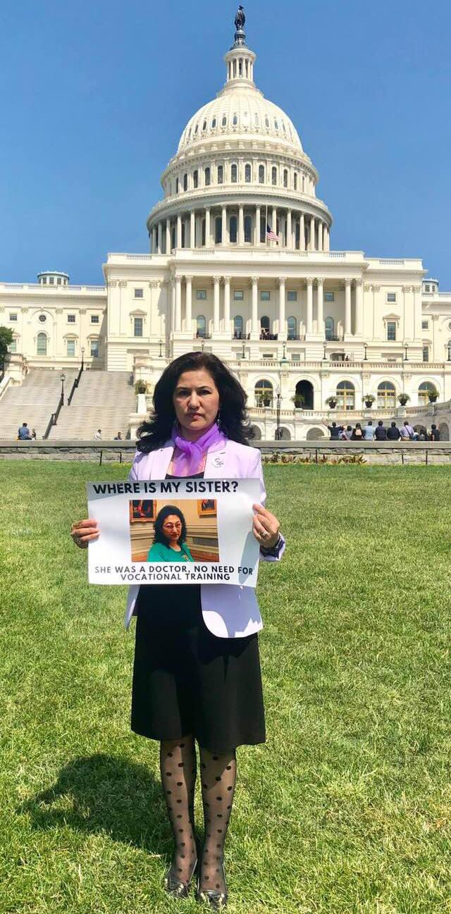 「聲援維吾爾人運動」創始人兼主席羅珊.阿巴斯女士在華盛頓特區為姐姐古麗仙.阿巴斯示威
