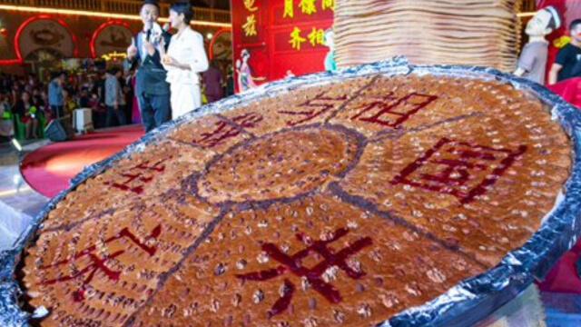 為迎接中國國慶70週年製作的巨「饢」