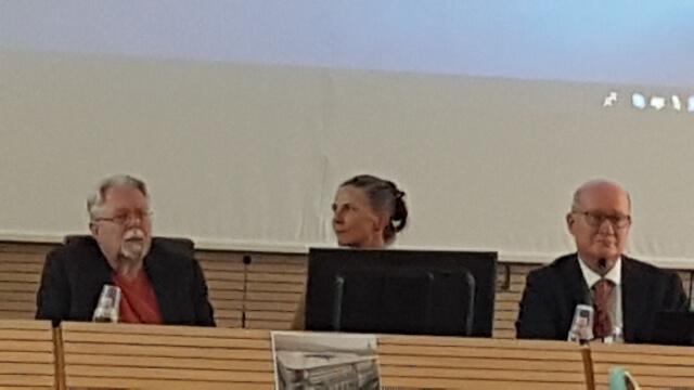 約翰·高登·梅爾敦教授(左),霍麗·福爾克教授(中)和馬西莫·英特羅維吉教授在新興宗教研究中心的會議上討論中國的宗教迫害問題
