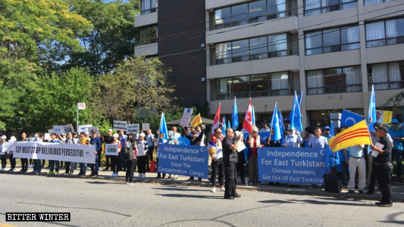 中國駐加拿大多倫多大使館前的集會現場