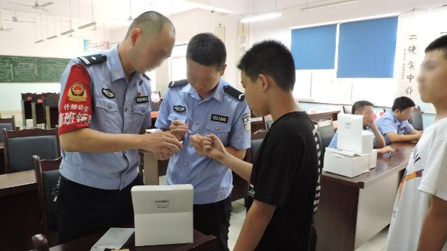 什邡市公安在一所初中採集學生DNA樣本(網絡圖片)