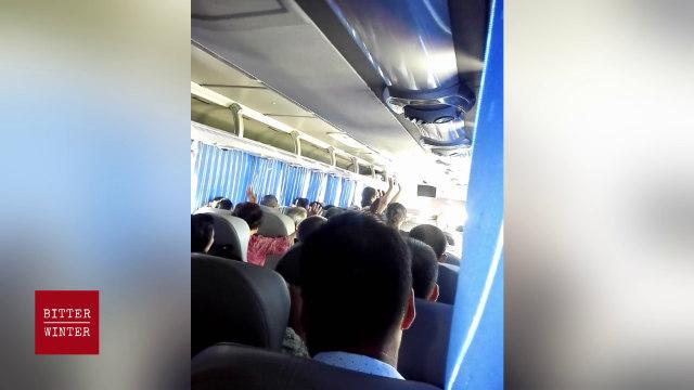 信徒在大巴車上祕密聚會