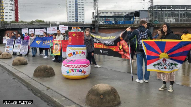 受威脅民族協會準備「國慶」蛋糕——「生日不快樂」
