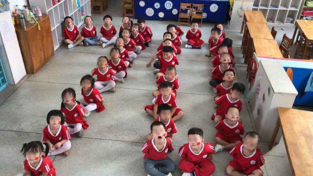 國慶前夕,江西省某地幼兒園的孩子們被安排擺出「70」隊形(知情人提供)