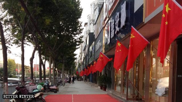國慶前夕,街道到處可見的國旗