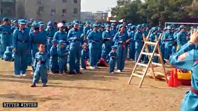 孩子與父母被要求穿上軍裝參加「紅軍長征」親子活動