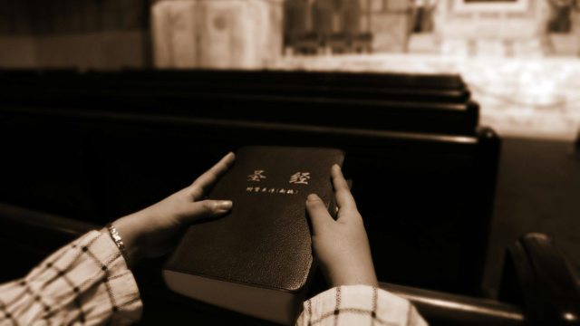 信徒手捧《聖經》,《聖經》在警方突襲家庭教會時往往會被沒收(網絡圖片)