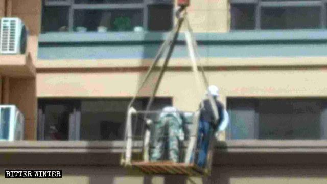 執法人員正在拆除電視天線