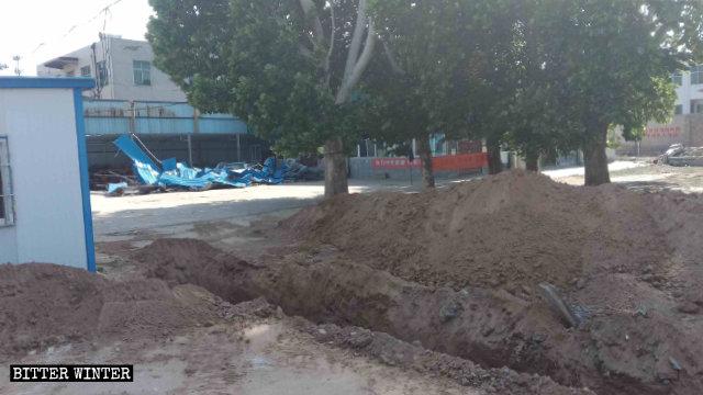 政府在教堂前挖坑攔阻信徒