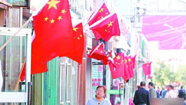 插滿中國國旗的新疆街頭(網絡圖片)