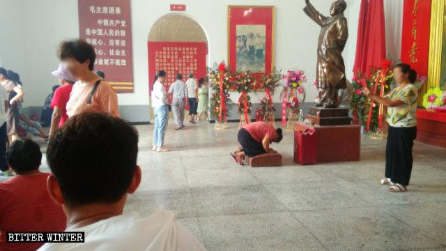 商丘梁園區某毛澤東紀念館內參拜場景