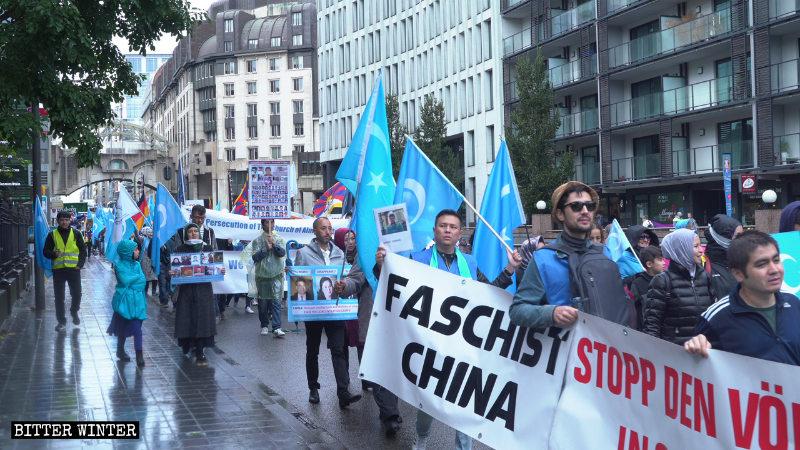 遊行隊伍從盧森堡公園出發前往舒曼廣場
