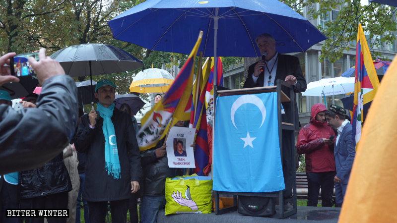 英國自民黨歐洲議員菲爾·班尼恩(Phil Bennion)在雨中發言