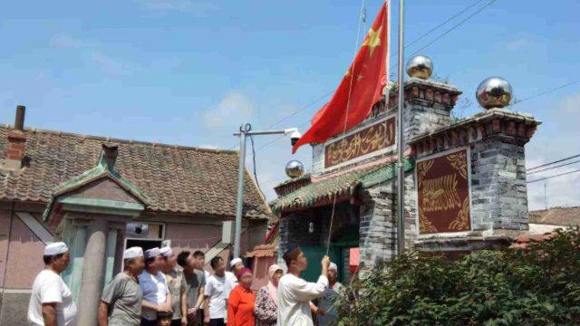 遼寧省某清真寺的穆斯林被迫舉行升國旗儀式(知情人提供)