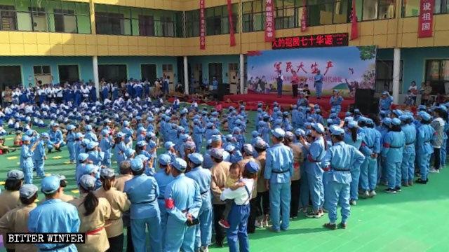 9月29日,河南省長葛市一幼兒園的孩子與家長也被要求參加愛國親子活動