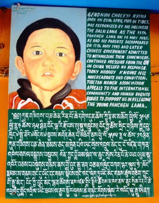 支持真正的班禪喇嘛轉世靈童根敦確吉尼瑪的海報(John Hill - CC BY-SA 4.0)