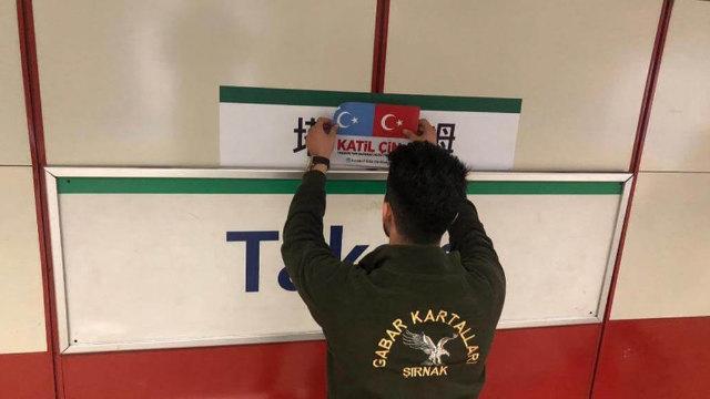 一位支持維吾爾人事業的土耳其公民用東突厥斯坦和土耳其的旗幟和寫有「katil çin」(意思是「中國劊子手」)字樣的貼圖遮住塔克西姆電車站的中文站牌