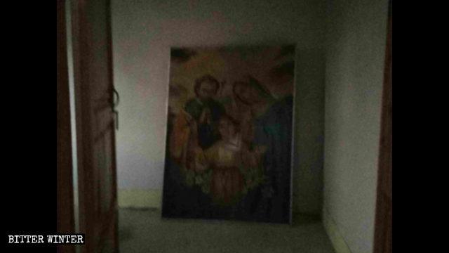 聖母聖子畫像被丟棄在角落裡