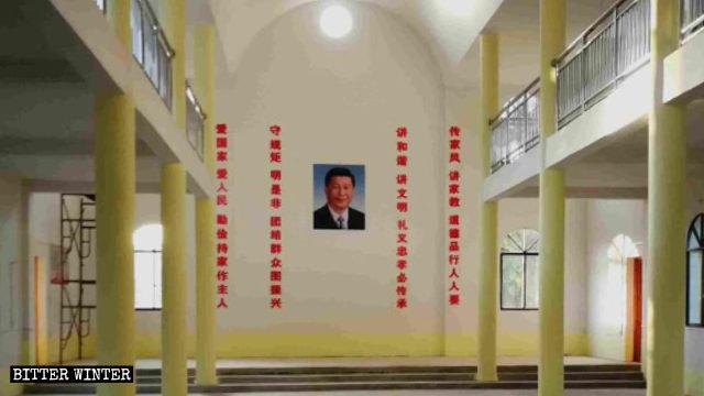 教堂內習近平畫像掛正中,兩邊是中共標語