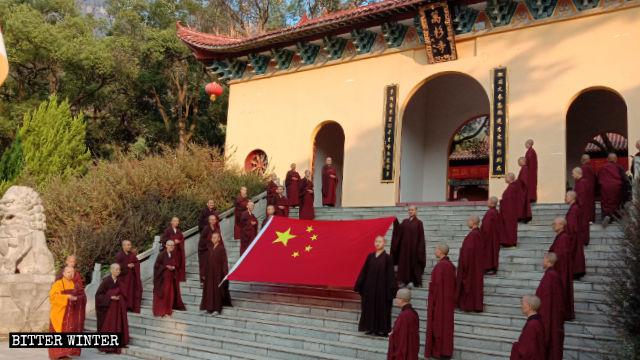 10月1日,廬山市萬杉寺佛教徒舉行升旗儀式