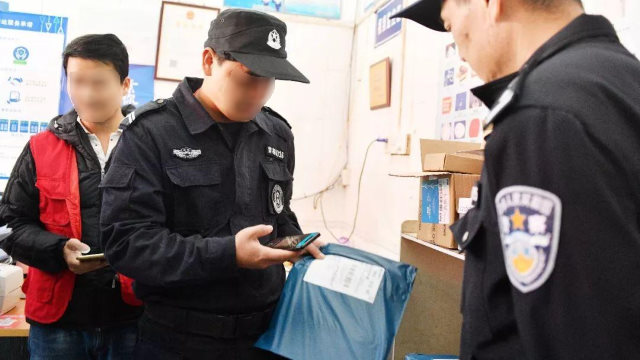 民警使用雲遞安app查驗包裹開箱照片、收寄件人及快遞員信息等(網絡圖片)