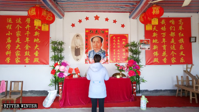 毛澤東畫像貼在廟內的正位