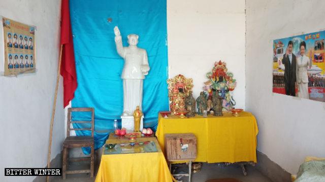 郟縣三皇姑寺廟內立著毛澤東雕像,牆上貼著習近平夫婦的畫像