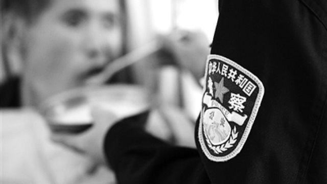 警察在杭州市公安局安康醫院裡給「病人」餵藥(浙江法制報)